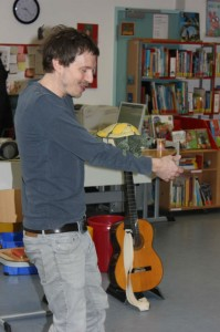 Oliver Scherz mit gitarre und sowa gedreht
