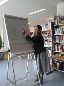 Albertine beim Zeichnen